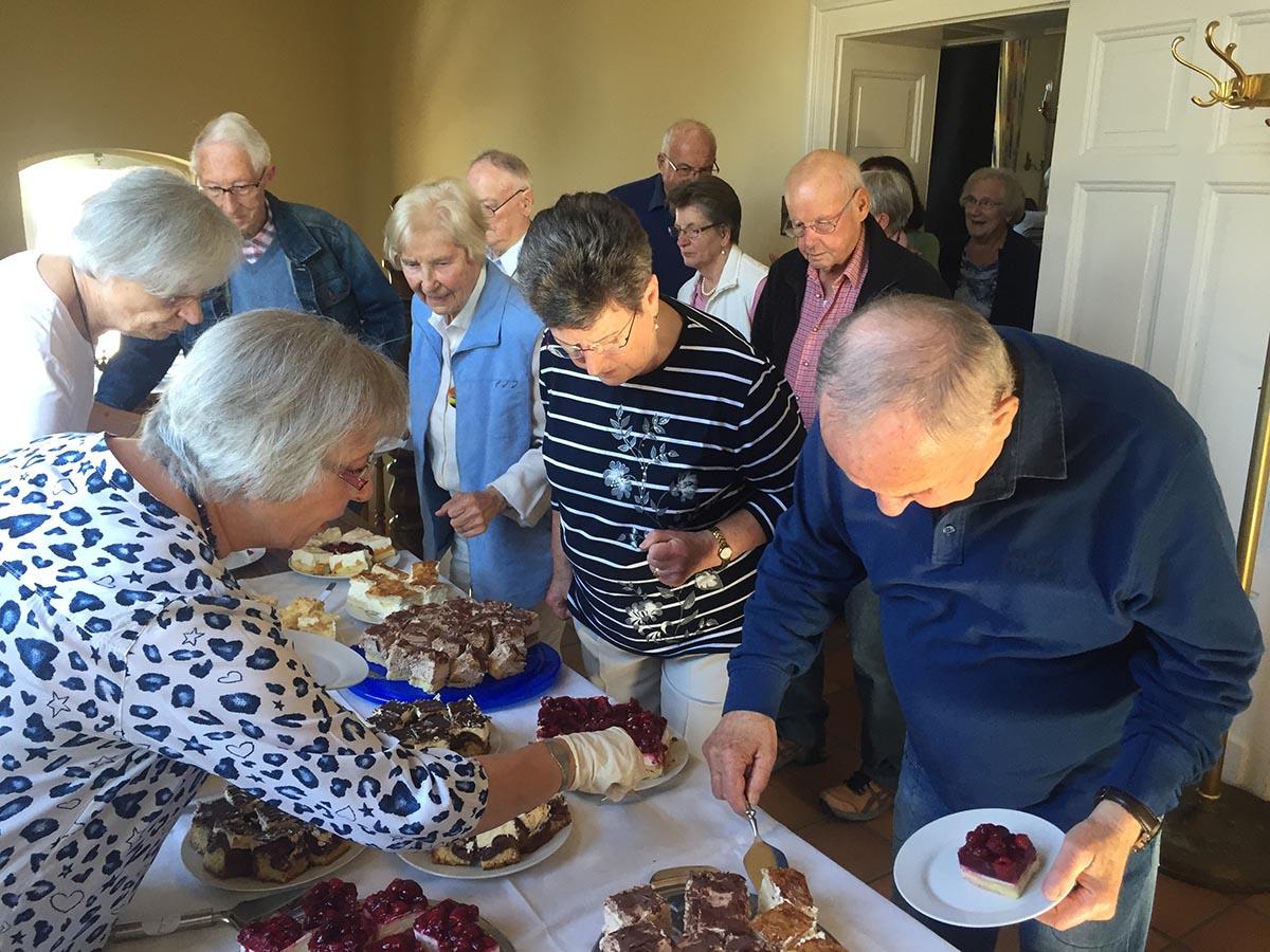 Das Kuchenbüffet wird von den Senioren sehr geschätzt